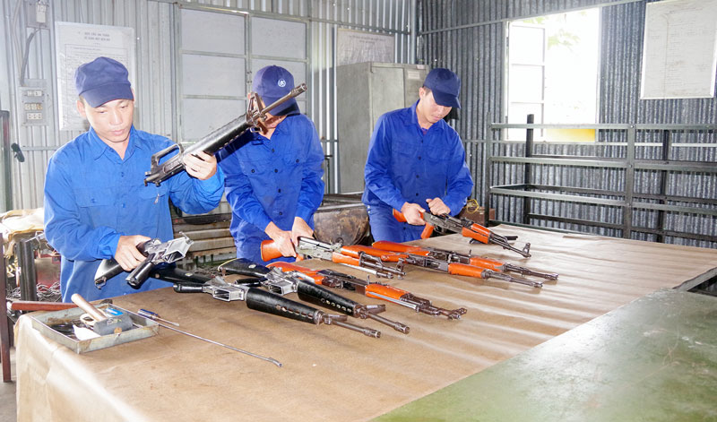 Cán bộ, chiến sĩ Đại đội kho, Phòng Kỹ thuật bảo dưỡng vũ khí trang bị.