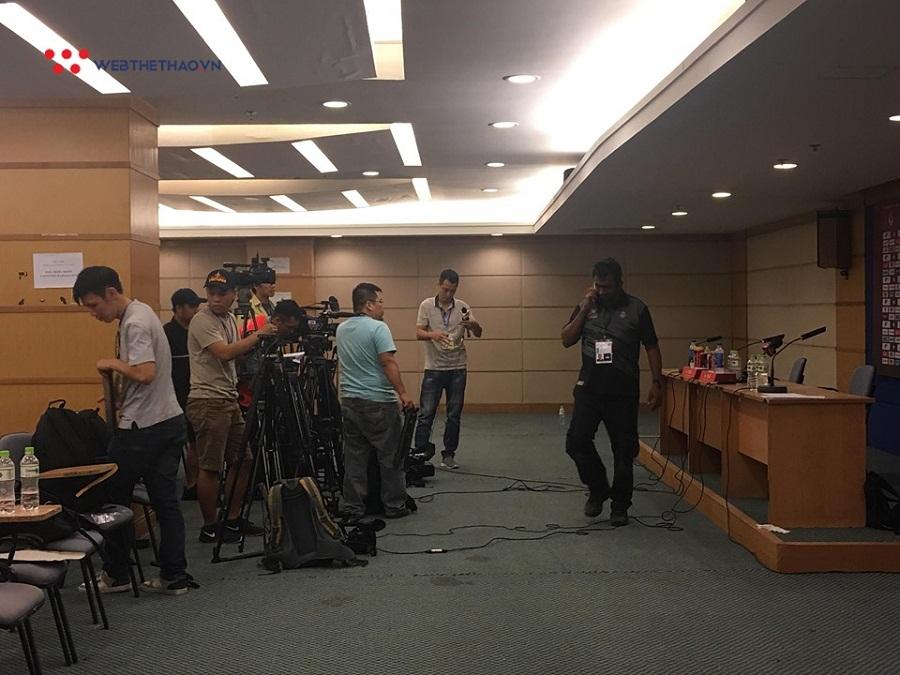 Phóng viên Việt Nam nhanh chân chọn vị trí đẹp trong phòng họp báo khi trận đấu chưa kết thúc