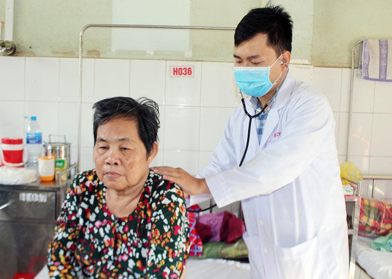 Bác sĩ Bệnh viện Nguyễn Đình Chiểu đang khám bệnh cho bà Thu. Ảnh: H. Đức