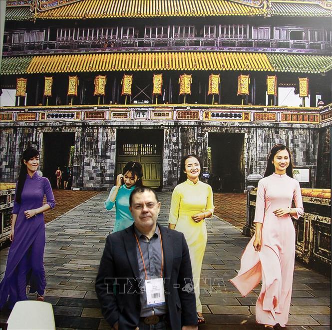 Chuyên gia Nga Grigory Trofimchuk tại Gian trưng bày của Việt Nam trong Triển lãm Du lịch Quốc tế lần thứ 26 (MITT-2019). Ảnh: Hồng Quân/Pv TTXVN tại LB Nga