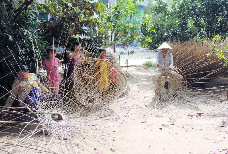 Nghề đan bội giúp chị em phụ nữ ở nông thôn có thu nhập ổn định.