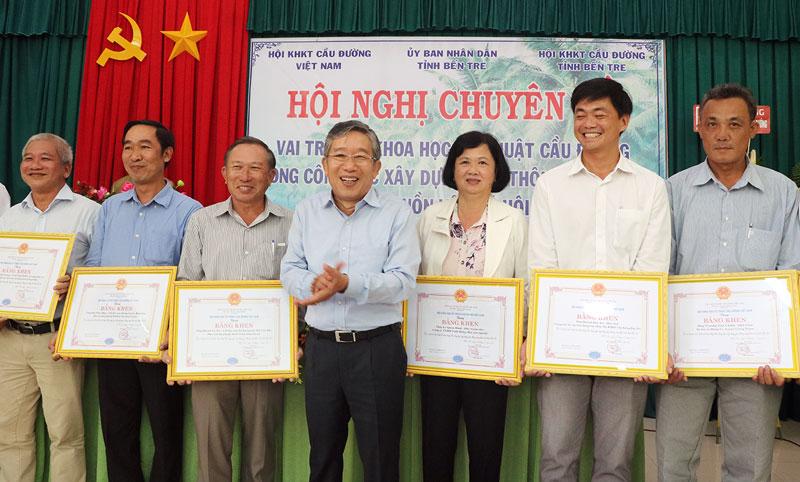 Chủ tịch Hội Khoa học kỹ thuật cầu đường Việt Nam Ngô Thịnh Đức tặng bằng khen cho tập thể, cá nhân có thành tích xuất sắc trong xây dựng giao thông nông thôn.
