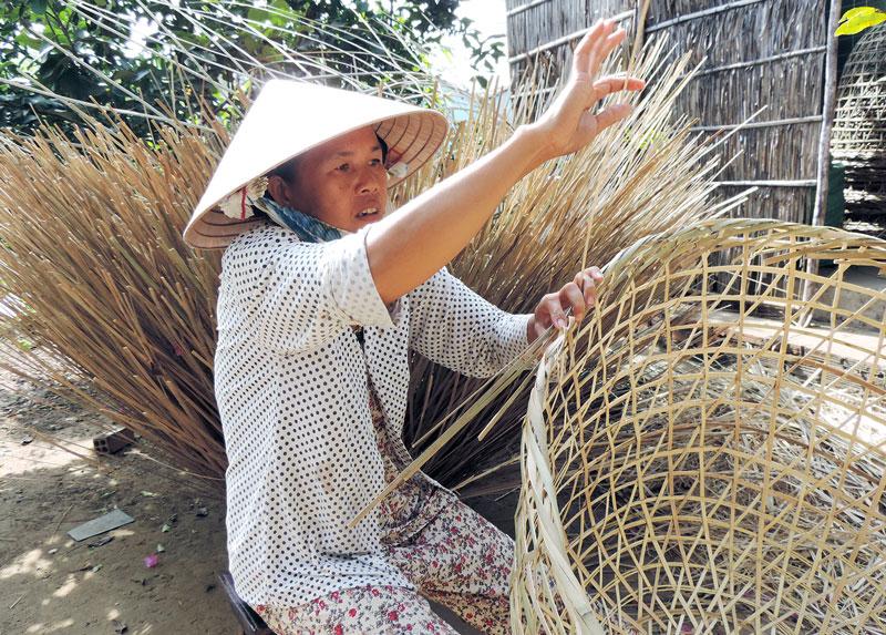 Phụ nữ nông thôn đan bội.