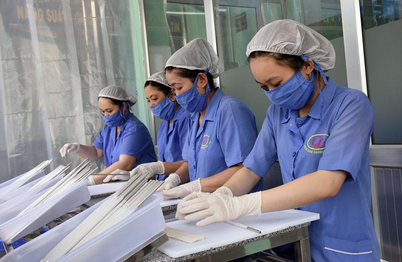 Sản xuất ống hút dừa tại Công ty TNHH chế biến sản phẩm dừa Cửu Long.