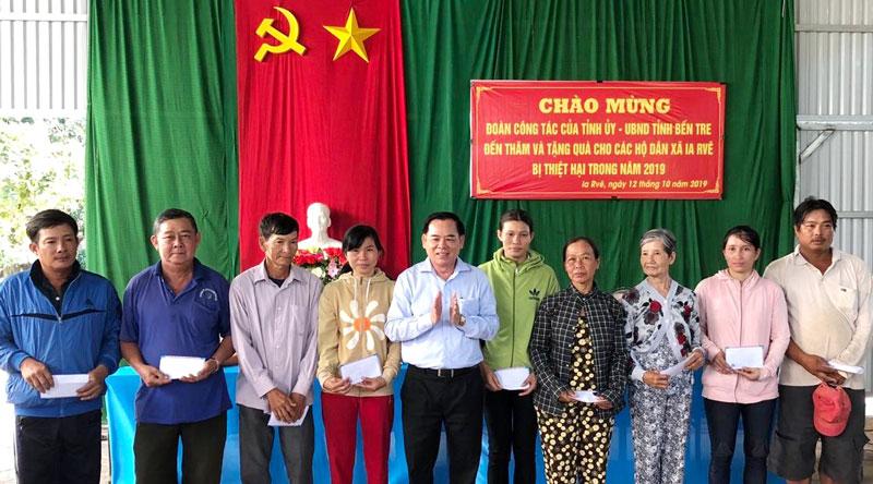 Phó bí thư Thường trực Tỉnh ủy Trần Ngọc Tam trao tiền hỗ trợ cho các hộ dân xã Ia Rvê.  Ảnh: Ngọc Huy