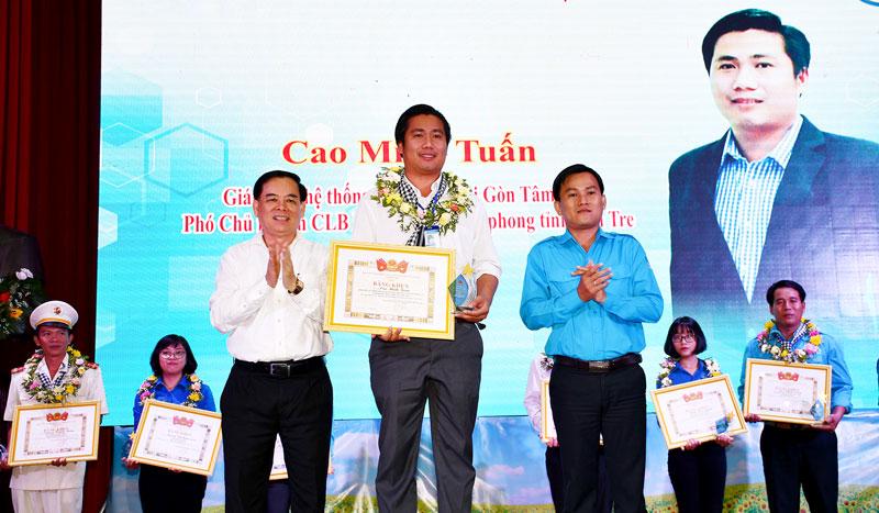 Phó bí thư Thường trực Tỉnh ủy Trần Ngọc Tam trao giấy tuyên dương Thanh niên Đồng khởi mới.