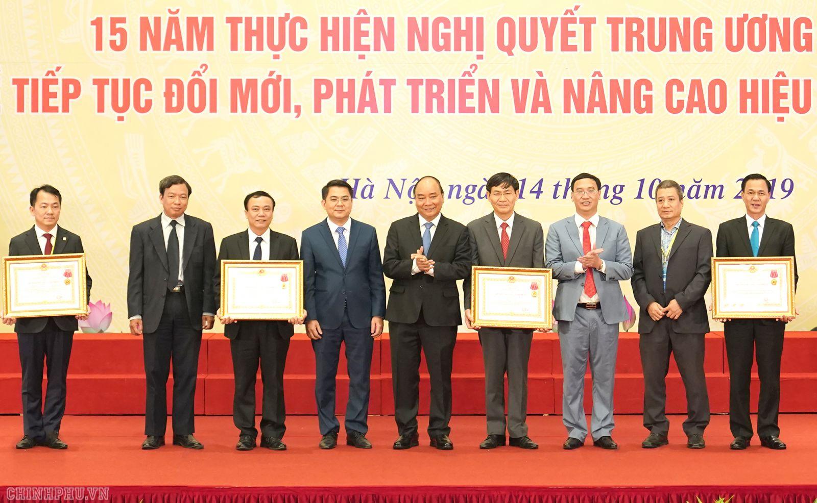 Thủ tướng Nguyễn Xuân Phúc trao Huân chương Lao động hạng Ba cho các HTX. Ảnh: VGP/Quang Hiếu