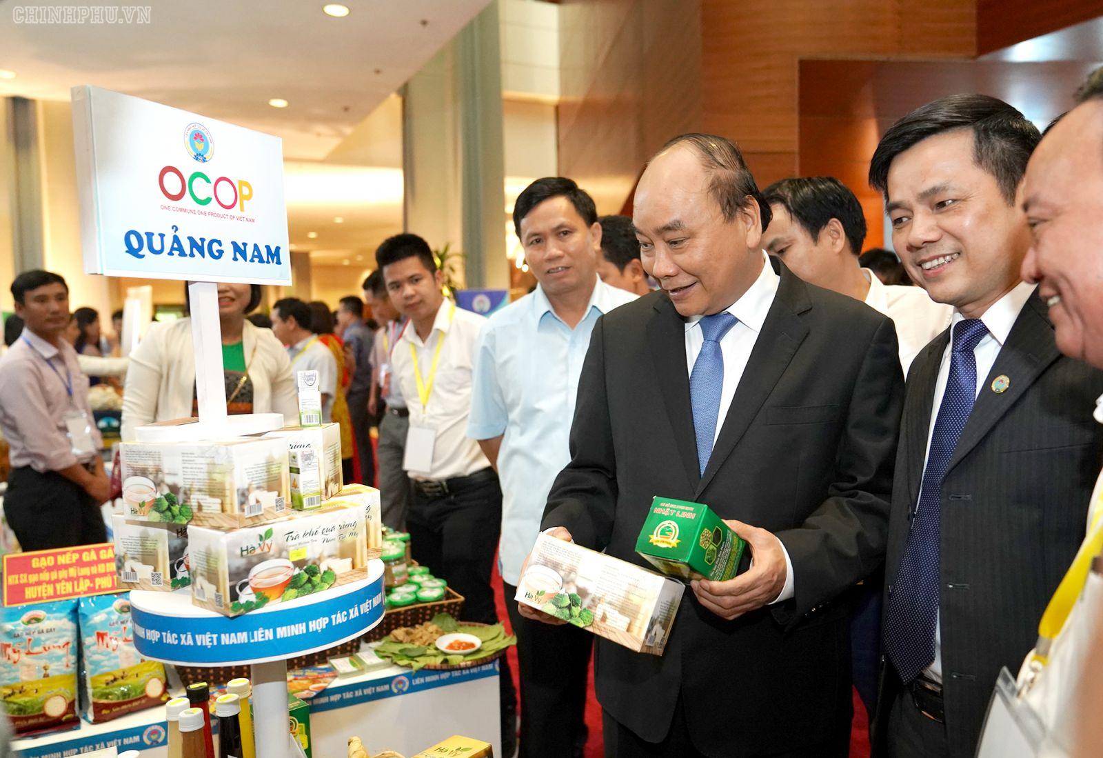 Thủ tướng Nguyễn Xuân Phúc thăm các gian hàng tại Hội nghị. Ảnh: VGP/Quang Hiếu