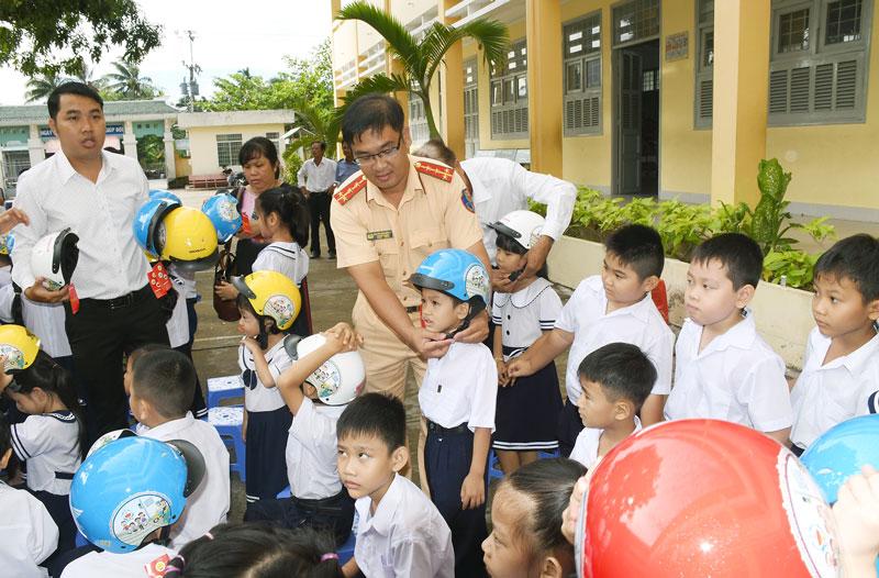 Tuyên truyền về việc đội mũ bảo hiểm cho học sinh tại Trường Tiểu học Mỹ Thạnh An (TP. Bến Tre).
