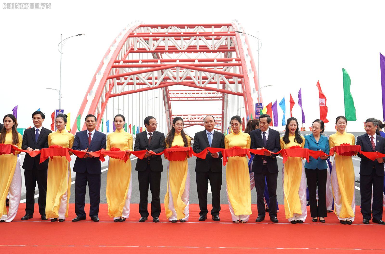 Thủ tướng Nguyễn Xuân Phúc và các đại biểu cắt băng thông xe kỹ thuật cầu Hoàng Văn Thụ. Ảnh: VGP/Quang Hiếu