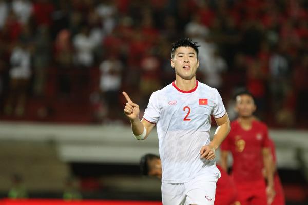 Duy Mạnh (số 2) ghi bàn đầu tiên cho đội tuyển Việt Nam.