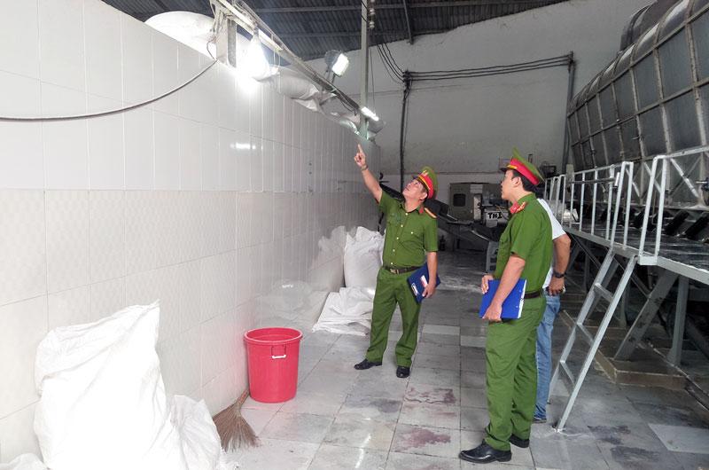 Kiểm tra an toàn điện tại cơ sở sản xuất trên địa bàn huyện Châu Thành.
