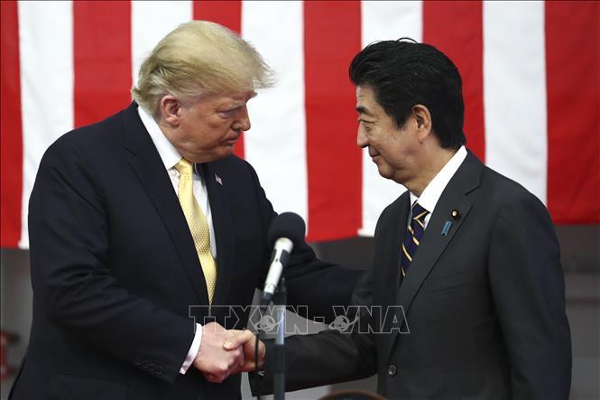 Thủ tướng Nhật Bản Shinzo Abe (phải) và Tổng thống Mỹ Donald Trump trong chuyến thị sát tàu khu trục chở trực thăng Kaga tại căn cứ của Lực lượng Phòng vệ Nhật Bản ở Yokosuka, ngày 28-5-2019. Ảnh: AFP/TTXVN