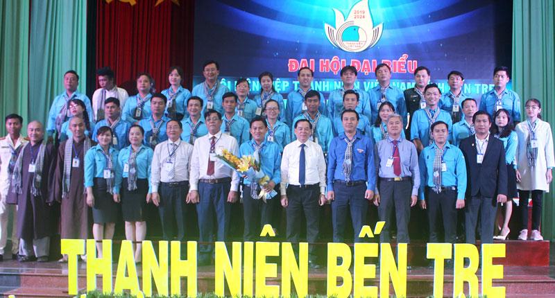 Lãnh đạo tặng hoa chúc mừng Ủy ban Hội LHTN Việt Nam tỉnh khóa VI.