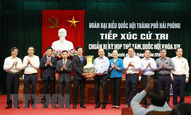 Thủ tướng Nguyễn Xuân Phúc tặng quà lưu niệm cho cử tri huyện Thủy Nguyên, Hải Phòng. Ảnh: Doãn Tấn/TTXVN