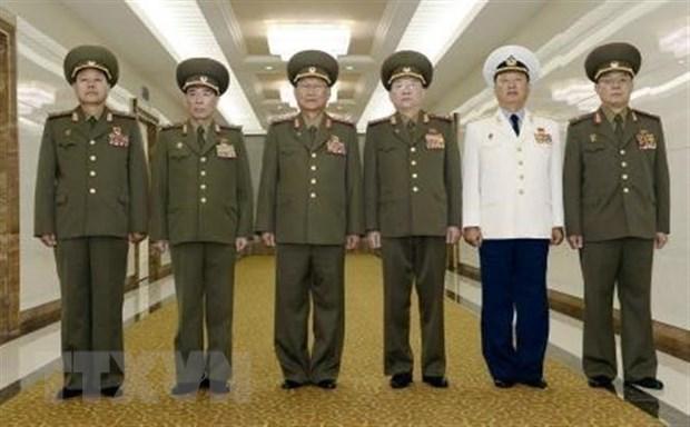 Tổng Cục trưởng Tổng cục Chính trị Quân đội Nhân dân Triều Tiên Kim Su-gil (thứ 3, trái) cùng các quan chức phái đoàn Triều Tiên chụp ảnh chung tại sân bay quốc tế Bình Nhưỡng, trước khi lên đường sang thăm Trung Quốc ngày 16-8. (Ảnh: Kyodo/TTXVN)