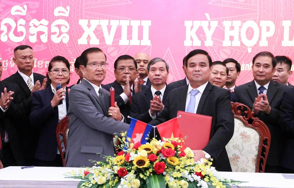 Thượng tướng Lê Chiêm, Thứ trưởng Bộ Quốc phòng (phải) và ông Sieng Lapresse (trái) trao Biên bản Kỳ họp lần thứ 18. Ảnh: Xuân Khu/TTXVN