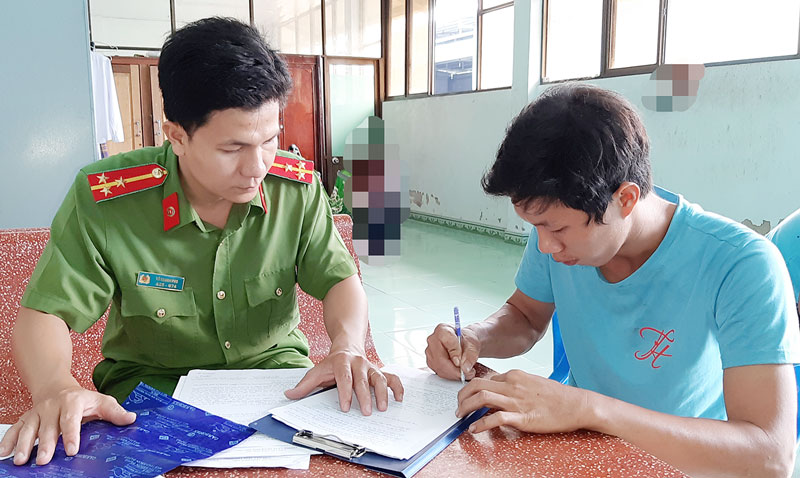 Thượng úy Võ Thanh Pho làm việc với đối tượng khai thác cát trái phép.