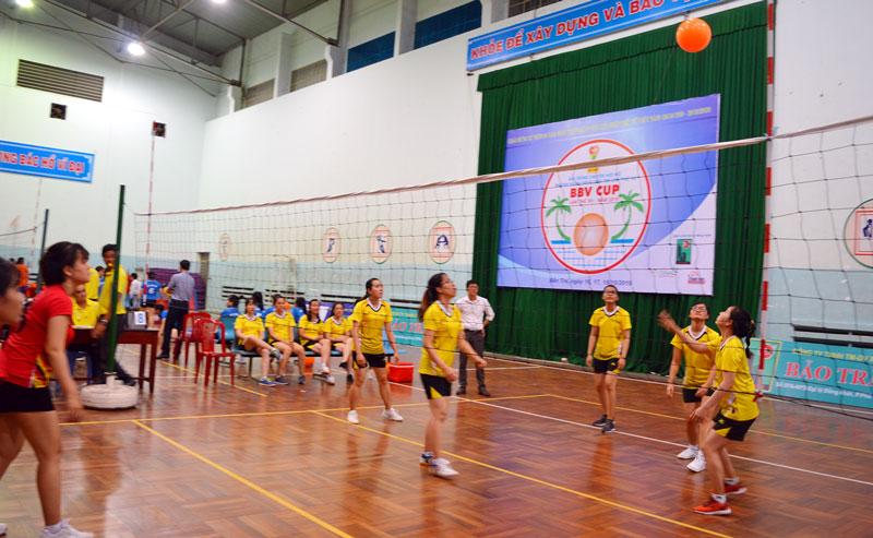 Các vận động viên đang tranh đấu vòng loại.