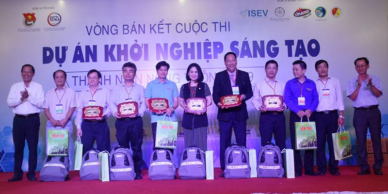 Lãnh đạo tỉnh trao hoa và quà cho ban giám khảo và các thí sinh tham gia cuộc thi khởi nghiệp.