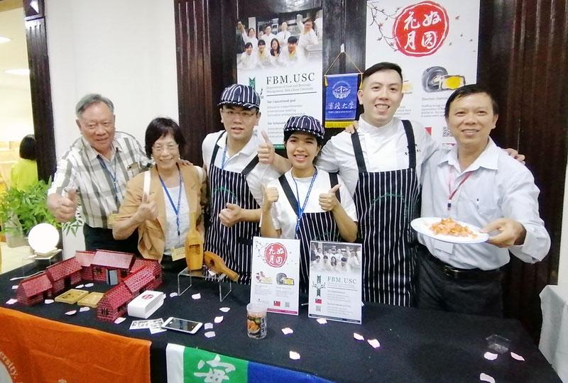 Mứt Dừa sấy giòn, Công ty Funny Fruit được các học giả, chuyên gia ẩm thực các nước tại hội thảo chào đón. Ảnh: LT