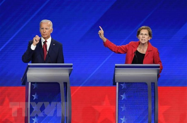 Cựu Phó Tổng thống Mỹ Joe Biden (trái) và thượng nghị sỹ bang Massachusetts Elizabeth Warren (phải) tại buổi tranh luận trực tiếp trên truyền hình lần thứ 3 ở Houston, bang Texas. (Ảnh: AFP/TTXVN)