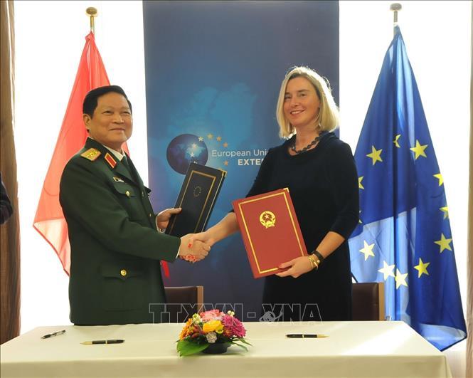 Đại tướng, Bộ trưởng Quốc phòng Ngô Xuân Lịch và bà Federica Moreghini, Phó chủ tịch Ủy ban châu Âu ký Hiệp định FPA.