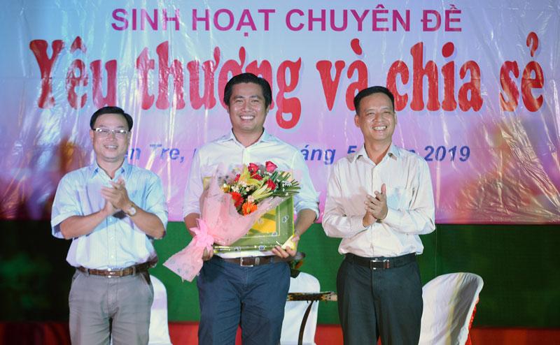 Anh Cao Minh Tuấn (giữa) tại buổi giao lưu câu lạc bộ Người tốt - Việc tốt.
