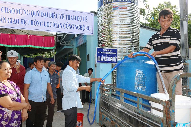 Hệ thống lọc mặn RO đưa vào phục vụ nhu cầu nước sinh hoạt cho người dân xã Tân Phú Tây.