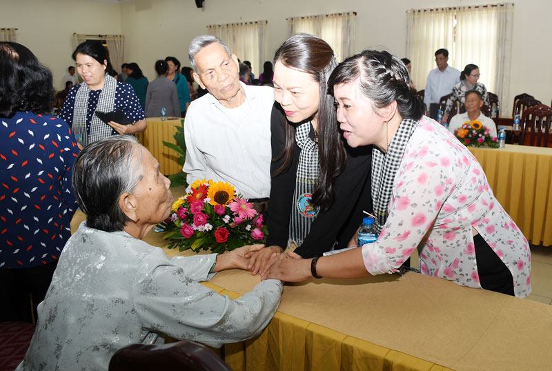 """Đại biểu thăm hỏi sức khỏe các đồng chí trong """"Đội quân tóc dài"""" tại buổi họp mặt truyền thống Phụ nữ Khu 8 tại tỉnh. Ảnh: Hữu Hiệp"""