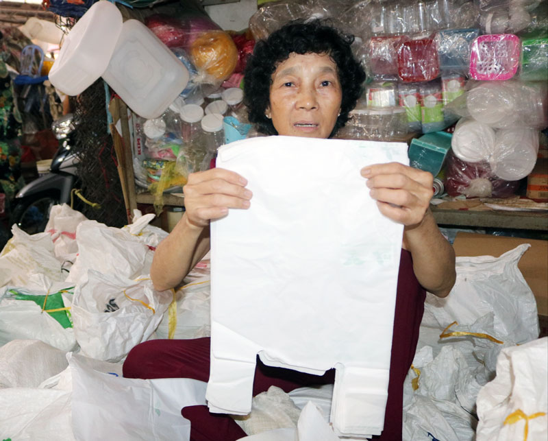 Chị Thảo đang giới thiệu túi nylon tự hủy sinh học.