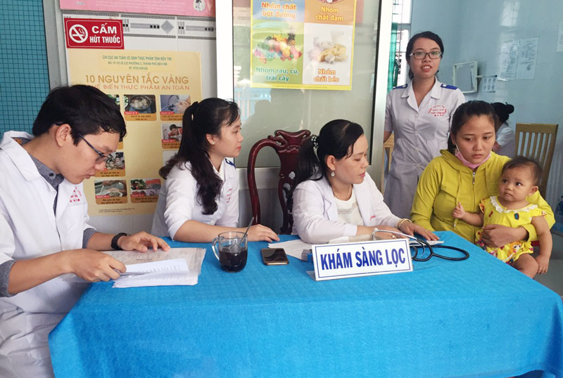 Khám sàng lọc sức khỏe cho trẻ tại Trạm Y tế xã Phú Hưng, TP. Bến Tre. Ảnh: H. Quốc