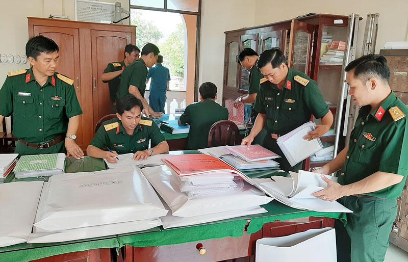 Đoàn kiểm tra Bộ CHQS tỉnh kiểm tra hệ thống văn kiện tác chiến của Ban CHQS huyện Bình Đại.