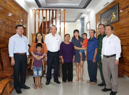 Phó Thủ tướng thăm gia đình bà Y Ngợp tại TP. Kon Tum.