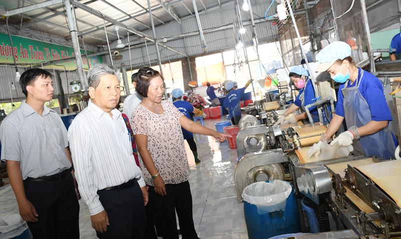 Trung tâm Khuyến công và Tư vấn phát triển công nghiệp đầu tư đổi mới thiết bị sản xuất thạch dừa tại cơ sở sản xuất thạch dừa Minh Tâm (Phường 6, TP. Bến Tre). Ảnh: Hữu Hiệp