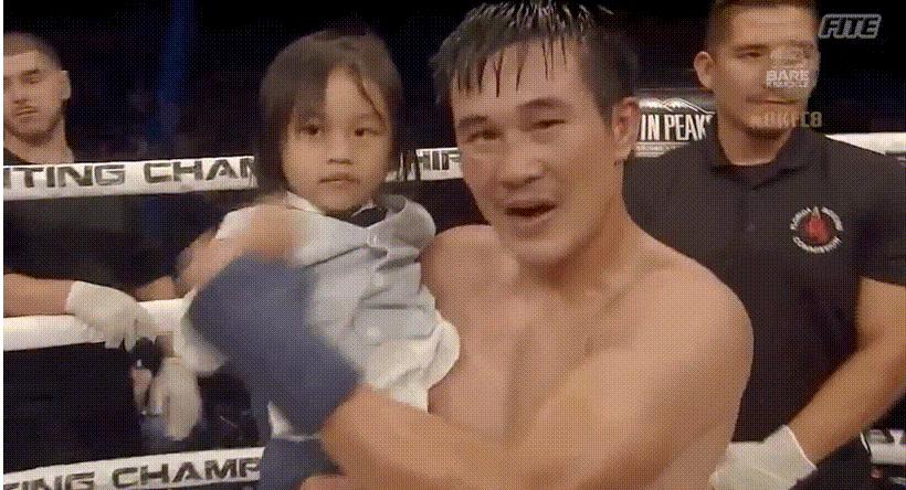 Đạt Nguyễn thể hiện rõ sự vui mừng chiến thắng cùng con gái.