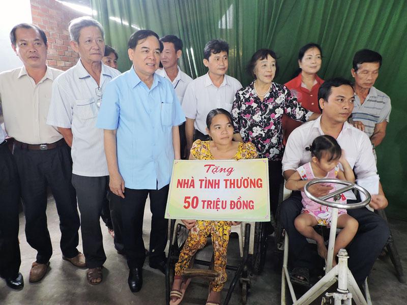 Phó bí thư Thường trực Tỉnh ủy Trần Ngọc Tam tặng quà cho nạn nhân da cam tại xã An Phú Trung, huyện Ba Tri. Ảnh: P. Tuyết