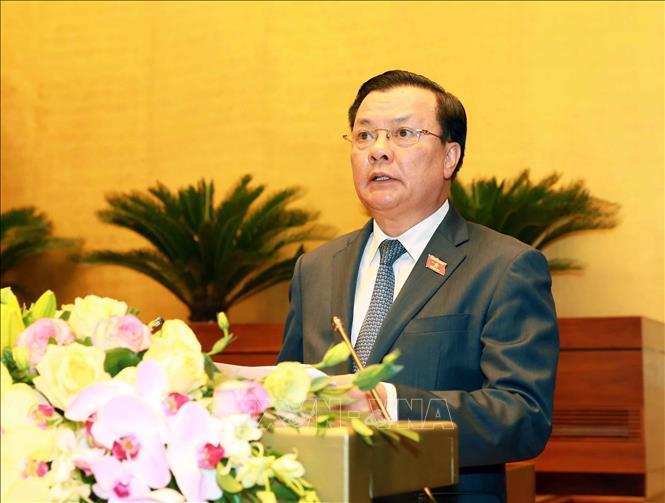 Bộ trưởng Bộ Tài chính Đinh Tiến Dũng, thừa ủy quyền của Thủ tướng Chính phủ trình bày Báo cáo về tình hình thực hiện ngân sách nhà nước năm 2019, dự toán ngân sách nhà nước và phân bổ ngân sách trung ương năm 2020. Ảnh: Doãn Tấn /TTXVN
