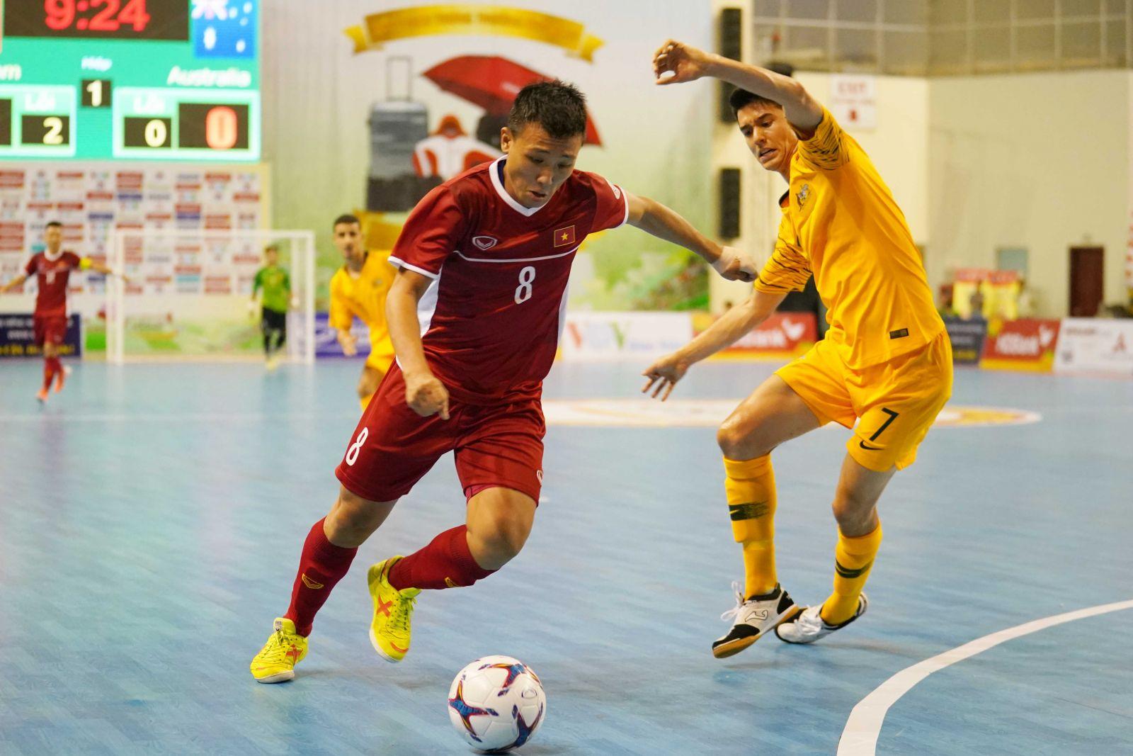 Nguyễn Minh Trí ghi bàn đẳng cấp trên chấm đá phạt 10m. Ảnh: VFF