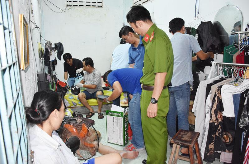 Lực lượng chức năng khám xét nơi ở của  Lê Thanh Hà.
