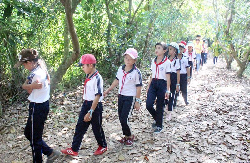 Các em học sinh trải nghiệm tham quan rừng.