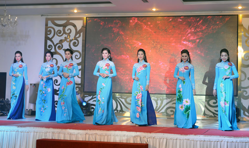 Các thí sinh cuộc thi Người đẹp xứ Dừa lần thứ XI năm 2016 trình diễn áo dài. Ảnh: Ánh Nguyệt
