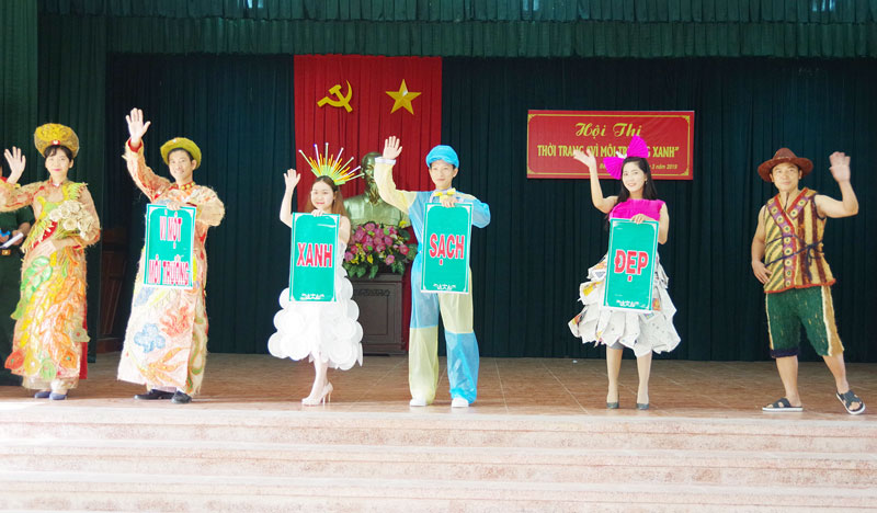 """Tiết mục biểu diễn của đoàn viên lực lượng vũ trang tỉnh trong hội thi thời trang """"Vì môi trường xanh"""". Ảnh: Đặng Thạch"""