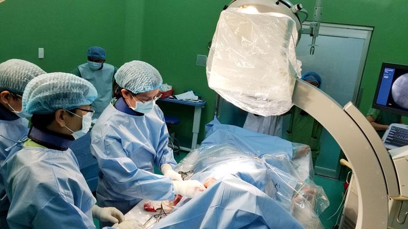 Ê-kíp đang thực hiện kỹ thuật đặt máy tạo nhịp vĩnh viễn cho bệnh nhân Nguyễn Văn Em.