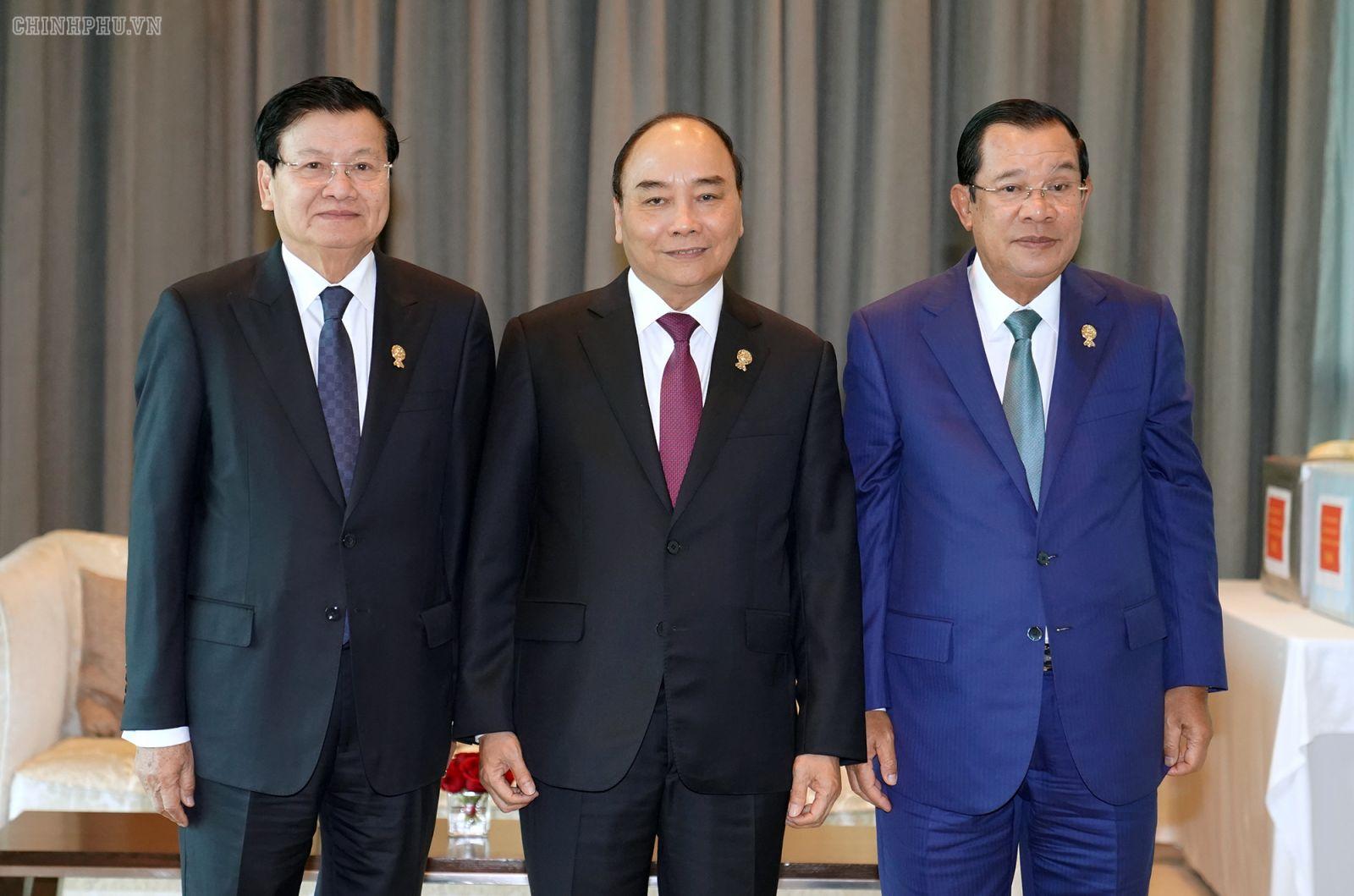 Thủ tướng Nguyễn Xuân Phúc làm việc với Thủ tướng Lào Thongloun Sisoulith và Thủ tướng Campuchia Samdech Techo Hun Sen. Ảnh: VGP