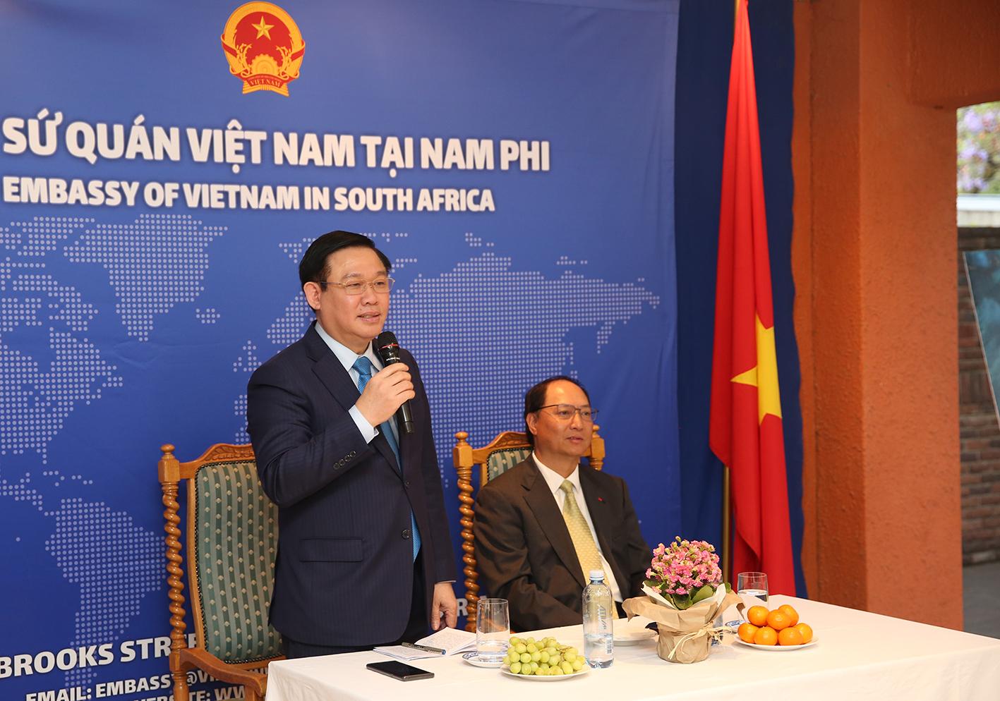 Phó Thủ tướng Vương Đình Huệ gặp gỡ và thăm hỏi cán bộ ngoại giao, kiều bào tại Nam Phi. Ảnh VGP/Thành Chung