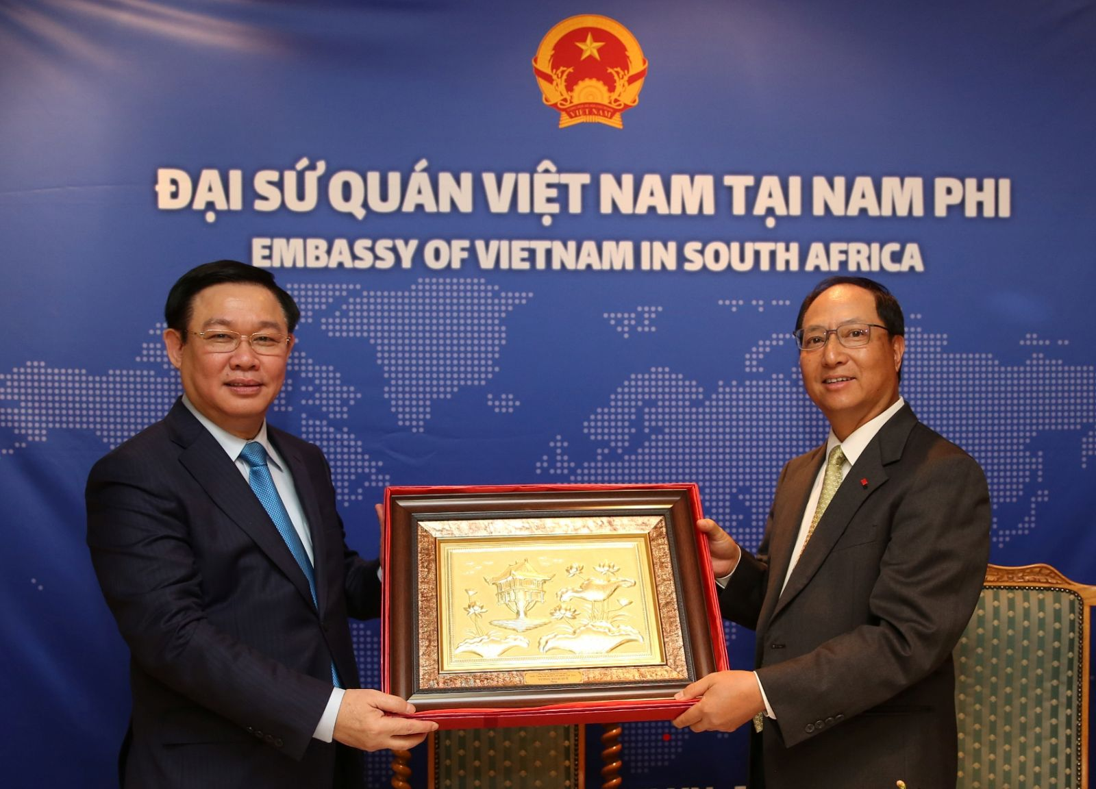 Phó Thủ tướng tặng quà cho Sứ quán Việt Nam. Ảnh VGP/Thành Chung