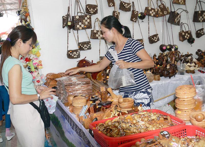 Trưng bày các sản phẩm từ dừa để quảng bá với khách hàng. Ảnh: H.Hiệp