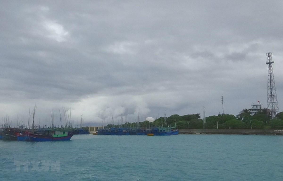 Tàu thuyền của ngư dân được sắp xếp neo đậu tránh trú bão số 6 ở âu tàu Song Tử Tây, huyện đảo Trường Sa, Khánh Hòa. Ảnh: TTXVN phát