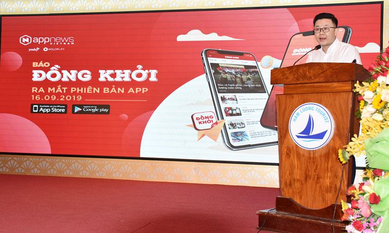 Ông Nguyễn Viết Lĩnh - Giám đốc dự án App News Việt Nam (Tập đoàn Yeah1) giới thiệu ứng dụng đọc báo Đồng Khởi.